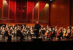 Das Hochschulsinfonieorchester mit seinem Dirigenten Prof. Matthias Foremny. Foto: Siegfried Duryn