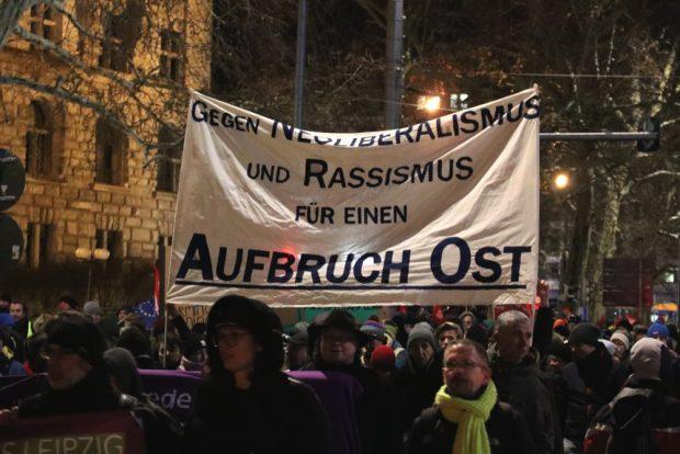 Gegen Rassismus und Neoliberalismus, der Aufbruch Ost auf der Demo. Foto: L-IZ.de
