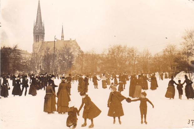 Hermann Walter, Eisbahn im Johannapark mit Lutherkirche, Leipzig, 1890. Quelle: Andreas J. Mueller