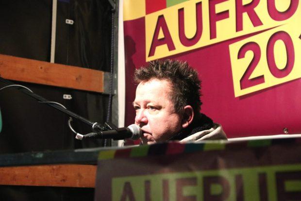 Kleine Bühne, großes Lied: Sebastian Krumbiegel stellt fest: Die Demokratie ist weiblich. Foto: L-IZ.de