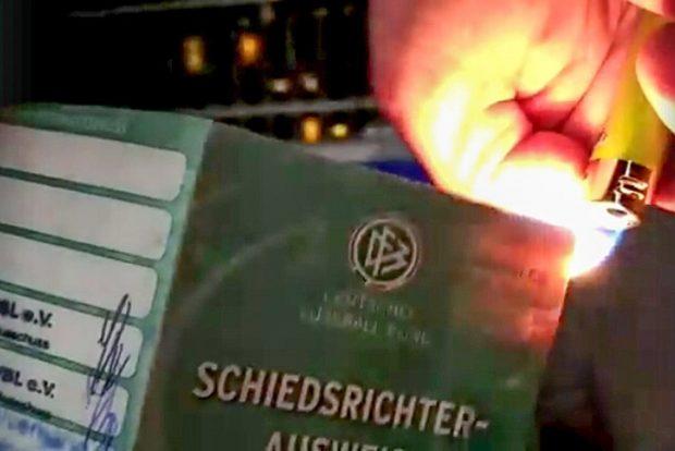 René Jacobi verbrennt in diesem Facebook-Video seinen Schiedsrichterausweis. Screenshot: Facebook (privat)