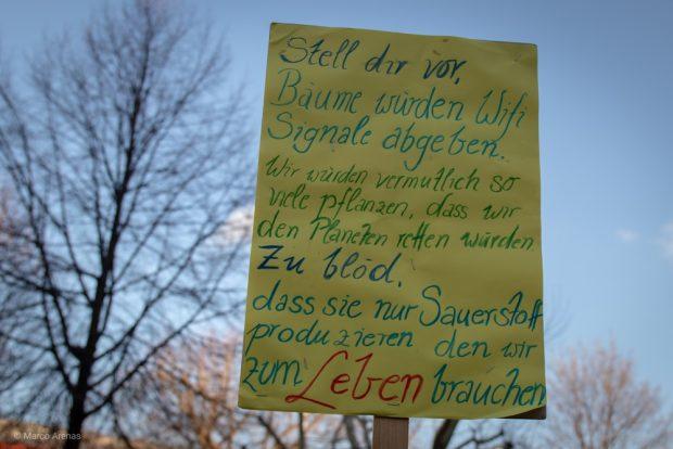 Mancher hatte sehr viel für ein Schild mitzuteilen. Foto: Marco Arenas