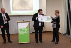 Die UNITAS-Vorstände Steffen Foede (links) und Iris Liebgott übergeben dem VSWG-Vorstand Dr. Axel Viehweger den Spendenscheck für die Hermann-Schulze-Delitzsch-Gesellschaft. Quelle: W&R IMMOCOM