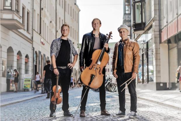 Sebastian Maul (35, Cello, Gesang), Philippe Amadé Polyak (24, Violine, Background-Gesang) und Stan Neufeld (30, Schlagzeug). Quelle: Stilbruch