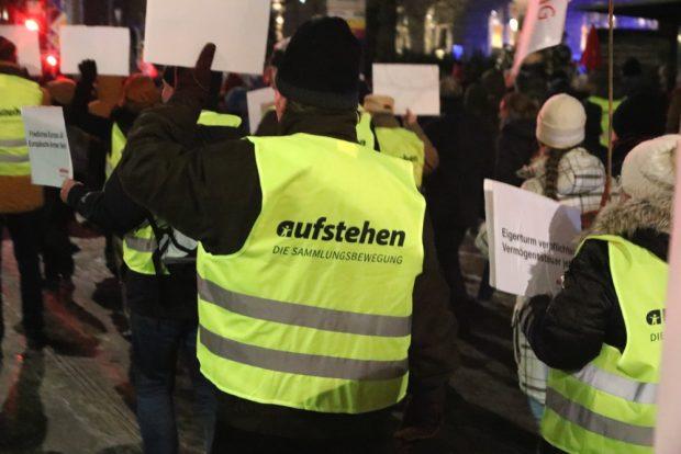 """Vermögenssteuer jetzt. Dies und weitere Forderungen von """"aufstehen"""" auf der Demonstration. Foto: L-IZ.de"""