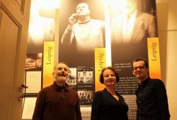 Werner Schneider vom Notenspur-Verein und Carolin Masur sowie Robert Unger vom Internationalen Kurt-Masur-Institut (von links) in der Ausstellung des Instituts; Foto: Elke Leinhoß