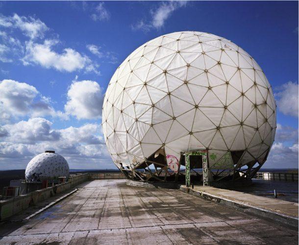 Deutschland, Berlin. Antennenkuppel einer US-amerikanischen Abhörstation auf dem Teufelsberg in Berlin, 2001. Foto: Martin Roemers