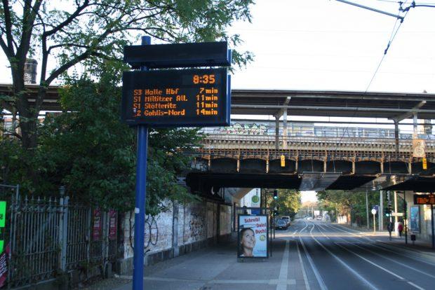 Am S-Bahnhof Gohlis entdeckt: eine Dynamische Fahrgastinformation mit Straßenbahn- und S-Bahn-Abfahrtzeiten. Foto: Ralf Julke