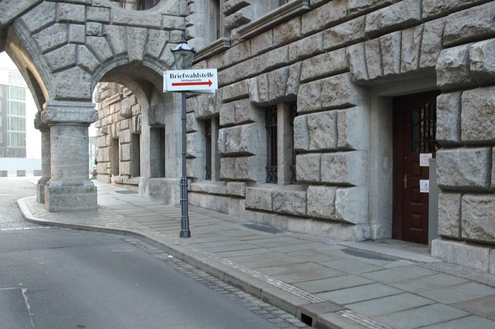 Hier geht es zum Briefwahllokal. Foto: Ralf Julke