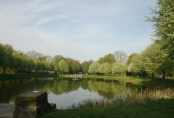 Das Bassin in der Anton-Bruckner-Allee. Foto: Ralf Julke