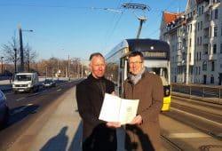 Jens Lehmann (Mitglied im Deutschen Bundestag), Ulf Middelberg (Sprecher der LVB Geschäftsführung) bei der Übergabe des Fördermittelbescheids. Foto: Leipziger Gruppe