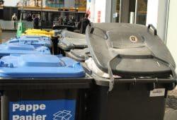 Mülltonnen in Warteposition. Foto: Ralf Julke