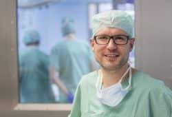 """""""Tiere sind keine Spielzeuge"""", sagt Prof. Martin Lacher, Klinikdirektor der UKL-Kinderchirurgie. Ein Mal jede Woche behandeln er und seine Mitarbeiter Tierbissverletzungen bei kleinen Kiindern. Foto: Stefan Straube / UKL"""