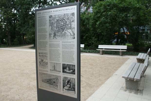 Informationstafel auf dem Rabensteinplatz. Foto: Ralf Julke