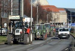 Die Traktoren rollen über den Georgiring. Foto: Ralf Julke