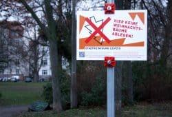 Schild am Freiligrathplatz: Weihnachtsbäume ablegen verboten. Foto: Ralf Julke