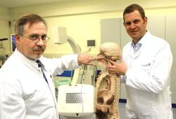 Dr. A. Liebmann (links) und Dr. A. Boehm (rechts) zeigen am Modell die Applikatoreinlage. @Klinikum St. Georg