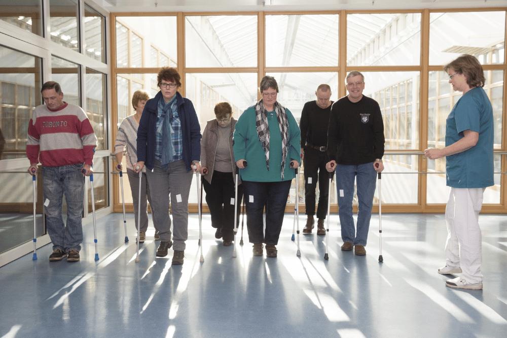 Am Universitätsklinikum Leipzig üben die Patienten vor dem Erhalt einer Hüft- oder Knieprothese das richtige Laufen. Das