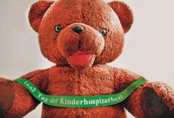 Bär mit Band. Quelle: Kinderhospiz Bärenherz Leipzig e.V.