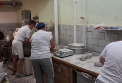 Bei der Brotherstellung Vollkornbrot Teige kneten, Brote abwiegen und aufwirken. Foto: Bäckerei Vogel