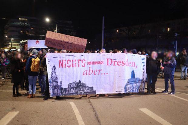 Gegendemonstranten 15. Februar in Dresden. Foto: Marco Arenas