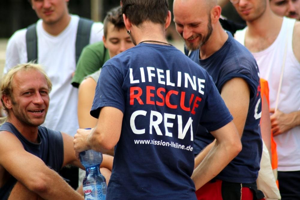 Die Mission Lifeline Crew am 4. August 2018 bei der Seebrücke-Demo in Leipzig. Foto: L-IZ.de