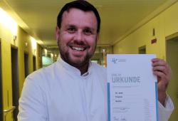 Oberarzt Dr. Francis freut sich über seine Zertifizierung. ©Klinikum St. Georg