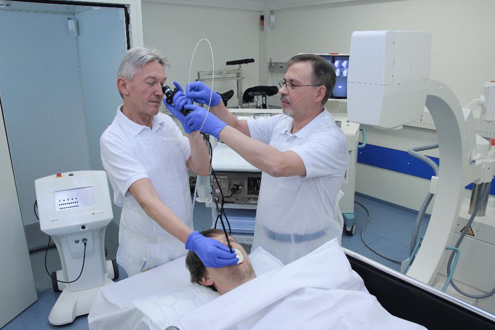 Die Chefärzte Dr. Axel Skuballa (links) und Dr. André Liebmann (rechts) arbeiten bei der endobronchialen Brachytherapie eng zusammen. © Klinikum St. Georg