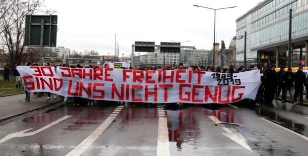 5.000 Teilnehmer am 26. Januar 2019 in Dresden und Grundlagenkritik aus dem Hooliganblock auf der Demo. Foto: Marco Arenas