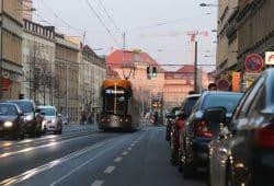 Die innerstädtische Bundesstraße Innere Jahnallee: Ab 8. März sollen die Parkplätze entfallen und Tempo 30 gelten. Foto: L-IZ.de