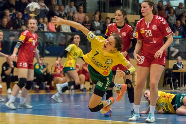 Kreisläuferin Julia Pöschel, die sieben Tore erzielte. Foto: Jens Teresniak