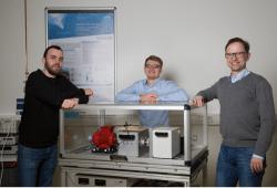 Prof. Mathias Rudolph (rechts) und seine Projektmitarbeiter Andreas Blum (l.) und Maik Wolf (M.) zeigen auf der Intec an einem Versuchstand, wie ein energieautarkes Sensornetzwerk den Verschleiß eines Wälzlagers diagnostiziert. Quelle: Lizette Ardelean/HTWK Leipzig