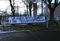 """Der Tag für """"Ende Gelände Leipzig"""" endete vor der Polizeidirektion. Foto: Michael FreitagDer Tag für """"Ende Gelände Leipzig"""" endete vor der Polizeidirektion. Foto: Michael Freitag"""