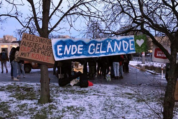 """""""Wir gehen erst, wenn alle wieder draußen sind"""". Jeder der 17 Verhafteten wurde mit Jubel auf dem Wilhelm Leuschner Platz begrüßt. Foto: Michael Freitag"""