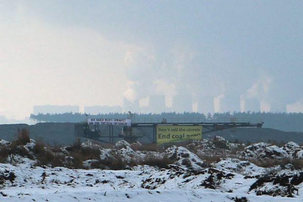 Transparente in ganz Ost-Deutschland an den Baggern. Foto: Ende Gelände