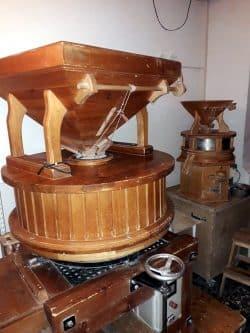 Unsere Mühlen für das frische Vollkornmehl. Foto: Bäckerei Vogel