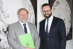 Urkundenuebergabe durch Justizminister Sebastian Gemkow an Martin Schultze-Griebler, Quelle: Justizministerium