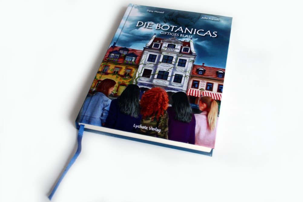 Dana Menzel, Julia Frackek: Die Botanicas. Giftiges Blau. Foto: Ralf Julke