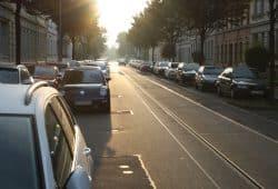 Baumscheiben in der Eisenacher Straße und Parken in Doppelreihe. Foto: Ralf Julke