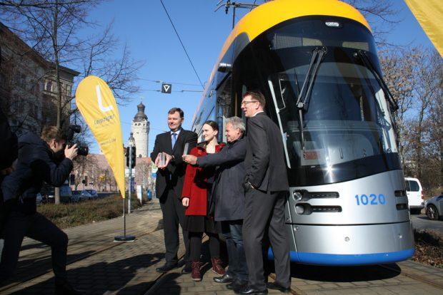 Fotoshooting mit Mario Blumenstengel, Julia Schulz, Jochen Dittrich und Ulf Middelberg vor der neuen XL-Straßenbahn. Foto: Ralf Julke