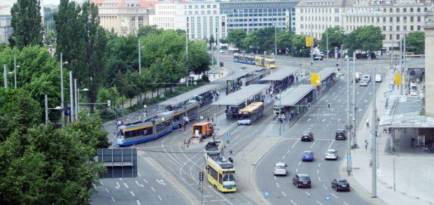 Blick von oben auf die Haltestelle Hauptbahnhof. Foto: Ralf Julke