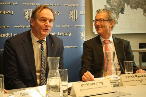 Oberbürgermeister Burkhard Jung und Patrik Fahrenkamp, Vorstandsvorsitzender der Leipziger Stadtbau AG, bei der Pressekonferenz am 11. Februar. Foto: Ralf Julke