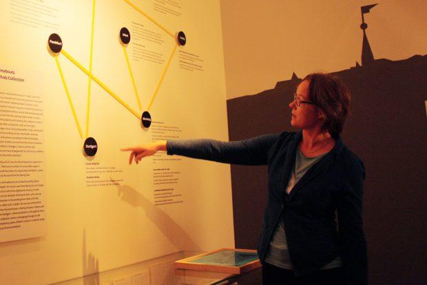 Kerstin Wiese in einer Sonderaustellung des Bach-Museums. Foto: Ralf Julke