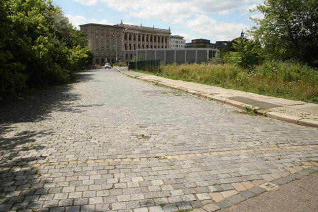 Noch umgeben von wildem Grün: die Markthallenstraße am Wilhelm-Leuschner-Platz. Foto: Ralf Julke