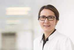 Prof. Bahriye Aktas, Direktorin der Klinik für Frauenheilkunde, berichtet auf der Veranstaltung über Neuigkeiten, die auf dem größten und wichtigsten Brustkrebskongress der Welt vorgestellt wurden. Foto: Stefan Straube / UKL