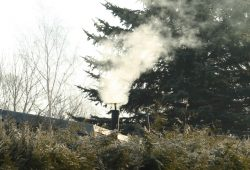 Ein rustikales Feuerchen ... Foto: Ralf Julke