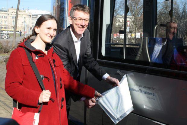 Julia Schulz und Ulf Middelberg bei der Preisgabe des Namens für die Straßenbahn: Baumwollspinnerei. Foto: Ralf Julke
