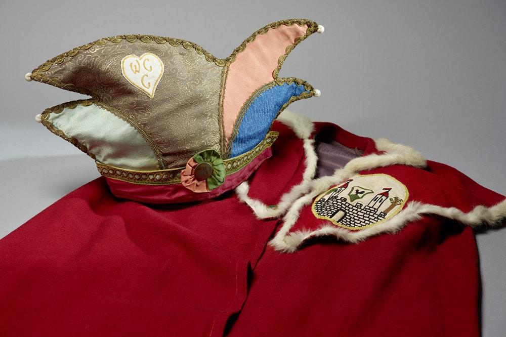 Narrenkappe und Umhang eines Elferratsmitglieds der 1950er Jahre aus der thüringischen Karnevalshochburg Wasungen. Foto: Punctum/Bertram Kober