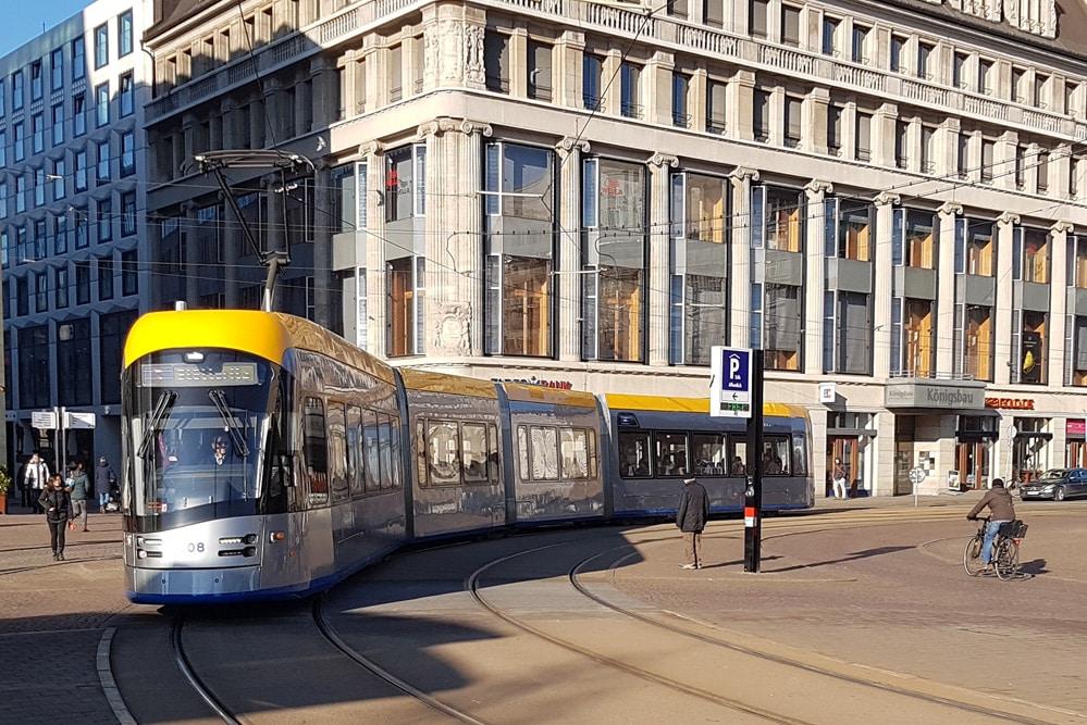 Moderne XL-Straßenbahn am Augustusplatz. Foto:Ökolöwe