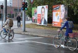 Drei zufällige Bürger und drei Wahlplakate. Foto: Ralf Julke